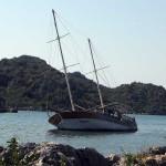 Брошенная турецкая яхта. У нас бы за пару ночей от неё остались бы «рожки да ножки»