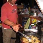 Наш турецкий друг готовит удивительный ужин из пойманной нами рыбы